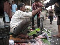 Homem que vende peixes em um mercado de rua Fotos de Stock