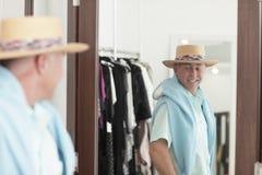 Homem que verific para fora no espelho foto de stock royalty free
