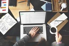 Homem que verifica o conceito da ruptura de café dos email Fotografia de Stock Royalty Free