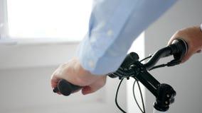 Homem que verifica o sentido da barra do punho da bicicleta e função do punho de freio a boa vídeos de arquivo