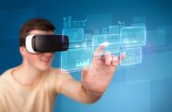 Homem que veste óculos de proteção da realidade virtual Foto de Stock