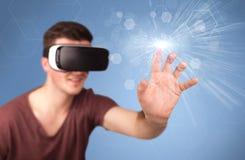 Homem que veste óculos de proteção da realidade virtual Fotografia de Stock
