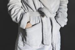 Homem que veste o roupão cinzento Fotografia de Stock