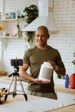 Homem que veste a proteína de recomendação da camisa caqui para seguidores fotografia de stock royalty free