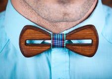 Homem que veste um laço de madeira Fotos de Stock