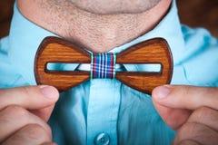 Homem que veste um laço de madeira Imagens de Stock