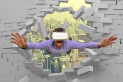 Homem que veste vidros da realidade virtual Foto de Stock