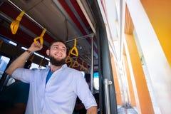 Homem que viaja como o passageiro de um ônibus foto de stock