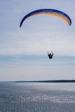 Homem que voa o parasail amarelo e azul Imagens de Stock Royalty Free