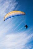 Homem que voa o parasail amarelo e azul Imagem de Stock Royalty Free