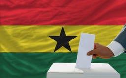 Homem que vota em eleições em ghana Fotografia de Stock Royalty Free