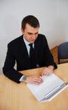 Homem que woirking no portátil branco Foto de Stock Royalty Free
