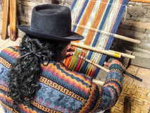 Homem Quechua nativo que tece lãs de Handspun fotos de stock