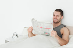 Homem quieto que lê um jornal foto de stock