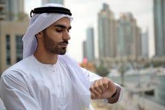 Homem árabe novo de Emirati que está pelo canal Imagem de Stock