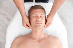 Homem relaxado que recebe a massagem principal imagem de stock