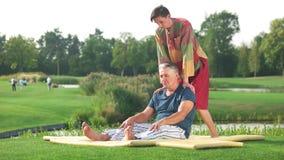 Homem relaxado que recebe a massagem tailandesa filme