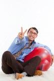 Homem retro com bola de Pilates fotos de stock