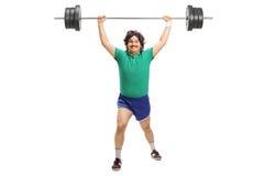 Homem retro que levanta um barbell pesado Imagens de Stock Royalty Free