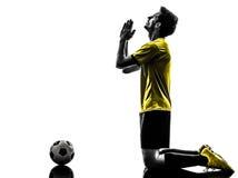 Homem rezando brasileiro do jogador de futebol do futebol Fotos de Stock Royalty Free