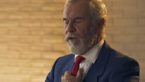 Homem rico idoso que olha o relógio, sócio comercial de espera no close up do restaurante filme