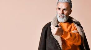 Homem rico ? moda superior com uma barba e bigode em um revestimento de couro foto de stock royalty free