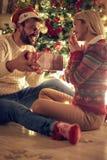 Homem romântico e mulher felizes que comemoram o Natal e que têm o divertimento imagens de stock royalty free