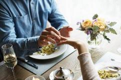 Homem romântico que dá um anel para propor a mulher em uma data imagem de stock