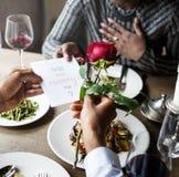 Homem romântico que dá uma Rosa à mulher em uma data fotos de stock royalty free