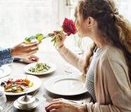 Homem romântico que dá uma Rosa à mulher em uma data foto de stock