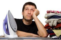 Homem, roupa da lavagem e ferro tristes Fotografia de Stock