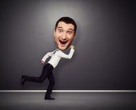 Homem running com cabeça grande Imagens de Stock