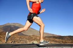Homem running - corredor masculino que treina fora fotos de stock royalty free