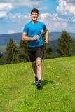 Homem Running da aptidão que sprinting fora na paisagem bonita fotografia de stock