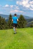 Homem Running da aptidão que sprinting fora na paisagem bonita fotos de stock royalty free