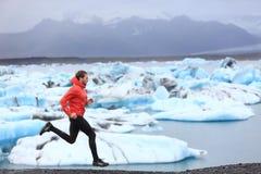 Homem running que corre o corredor da fuga na sprint rápida fotos de stock