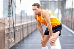 Homem running que descansa após a corrida em New York City Fotos de Stock Royalty Free