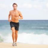 Homem running que movimenta-se na praia Fotografia de Stock