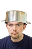 Homem sério com a bandeja do guisado na cabeça fotos de stock royalty free