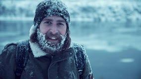 Homem sério com a barba na neve Foto de Stock