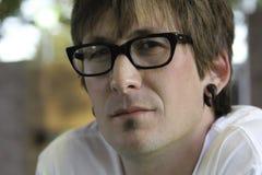 Homem sério com vidros Fotografia de Stock