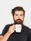 Homem sério farpado com xícara de café ou chá imagens de stock royalty free