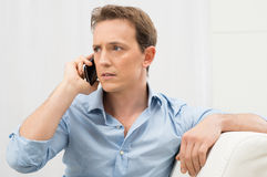 Homem sério que fala no telefone Imagens de Stock