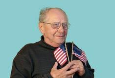Homem sênior com a bandeira americana isolada imagem de stock royalty free