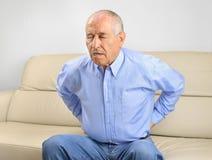 Homem sênior com dor traseira imagem de stock