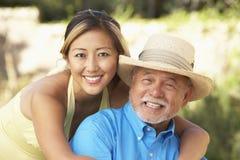 Homem sênior com a filha adulta no jardim fotografia de stock royalty free