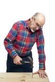 Homem sênior com martelo foto de stock
