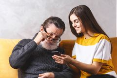 Homem sênior com sua filha imagens de stock