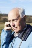 Homem sênior com telefone Foto de Stock Royalty Free