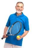 Homem sênior com uma raquete de tênis fotos de stock royalty free